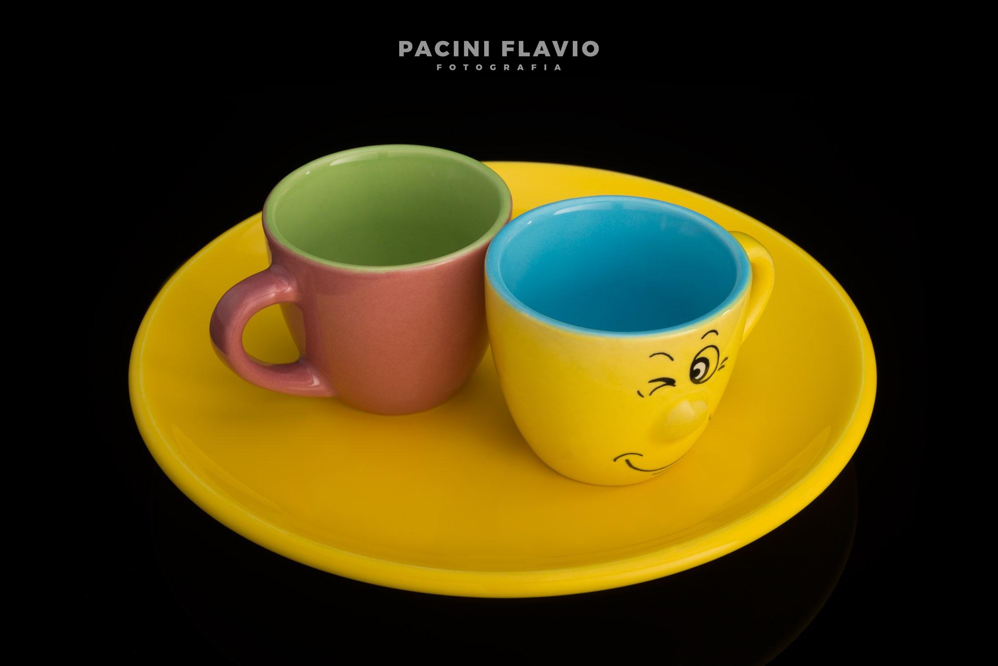 Fotografia tazzine di ceramica colorata
