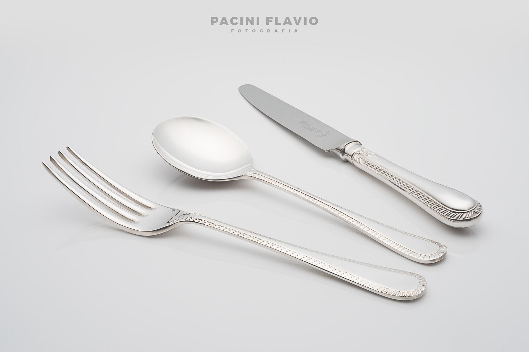 Foto di posate d'argento su sfondo bianco