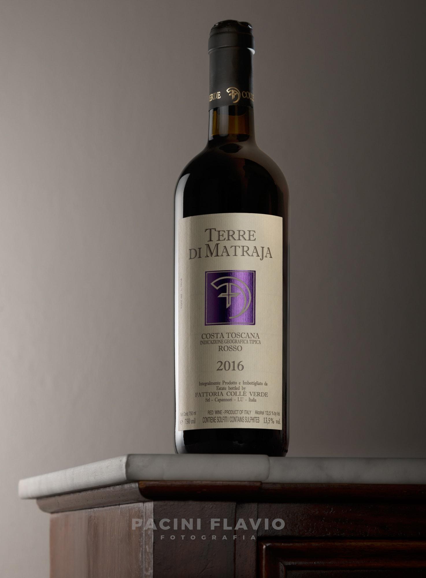 """Foto still life di bottiglia di vino rosso """"Terre di Matraia"""""""