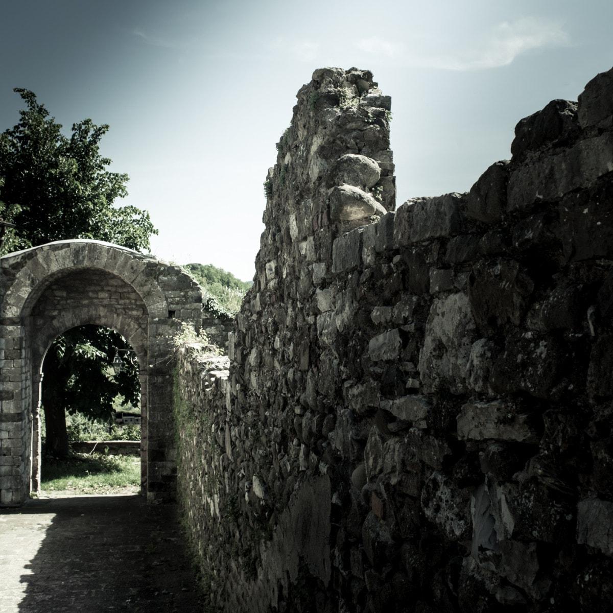 Porta medievale a Serravalle Alto